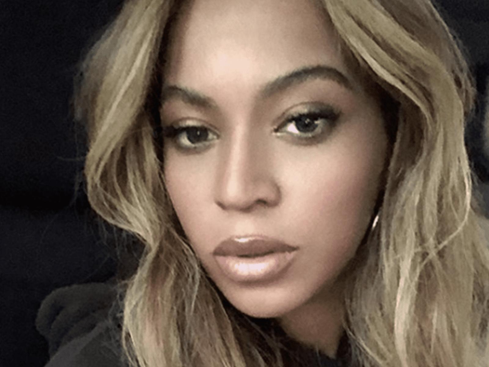 Beyoncé Selfie Blonde Hair