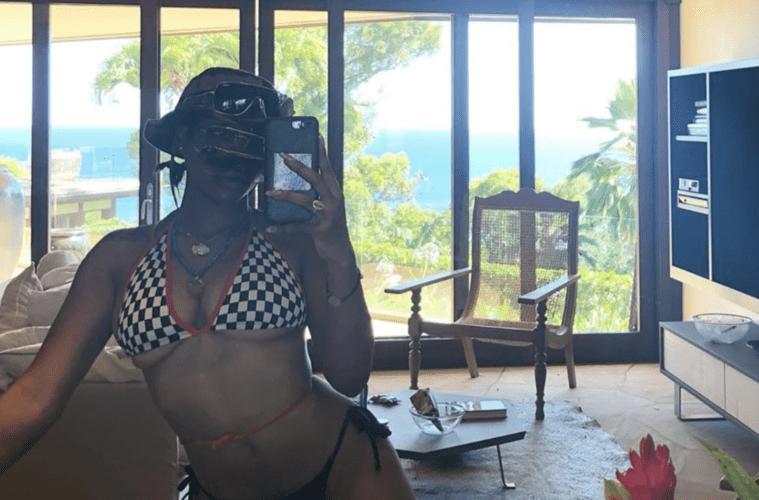 SZA Selfie Mirror Pic Moment 4