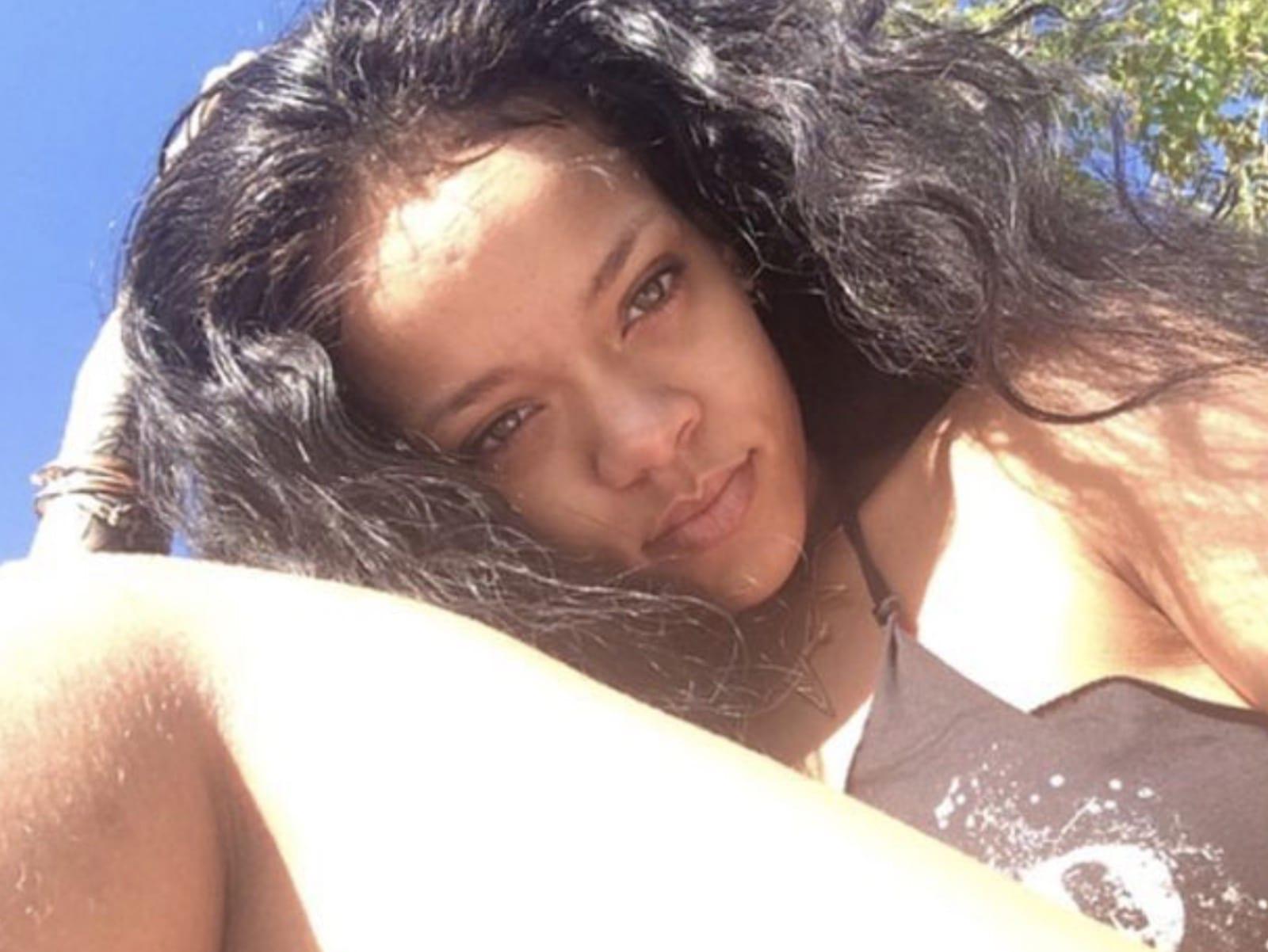 Rihanna Selfie Outside Pic